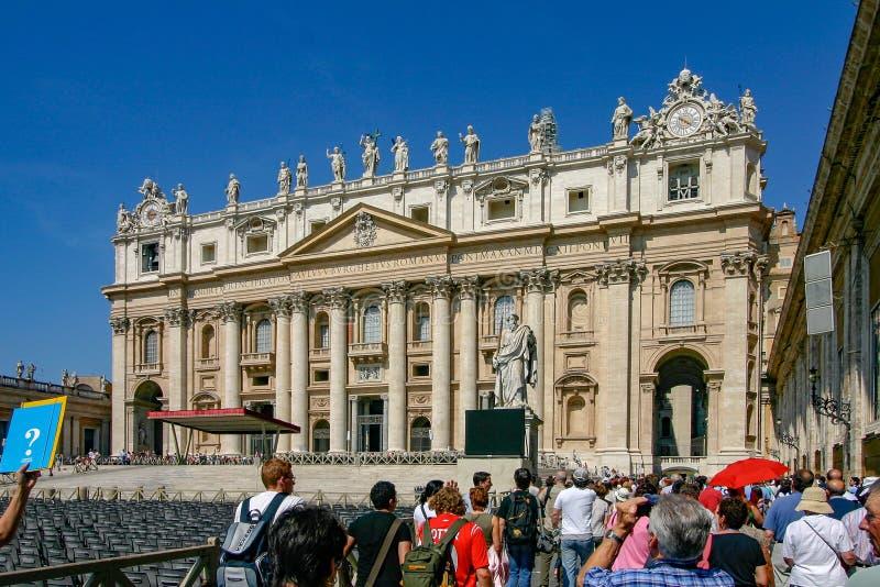 梵蒂冈-排列的游人参观圣皮特圣徒・彼得的大教堂 图库摄影