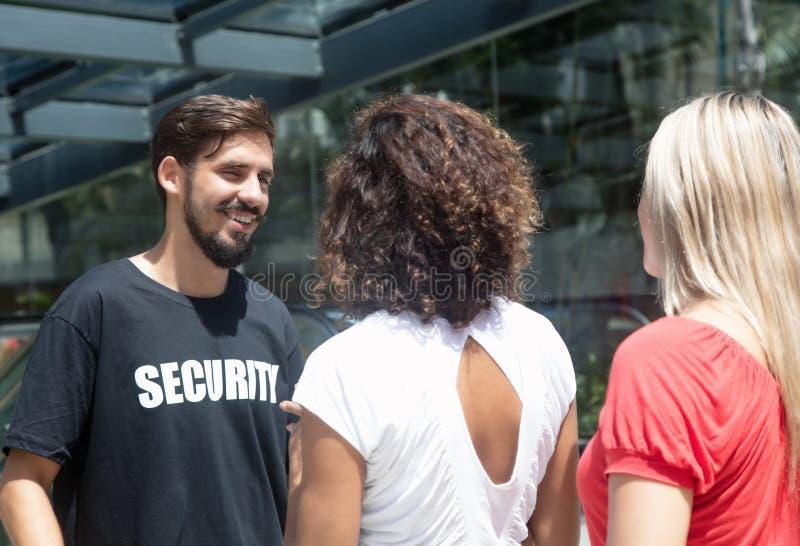 检查人的友好的治安警卫在入口 免版税库存图片