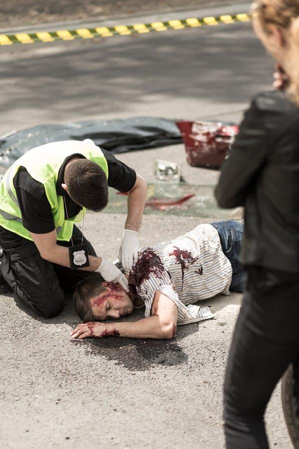 检查人的脉冲的警察 库存图片