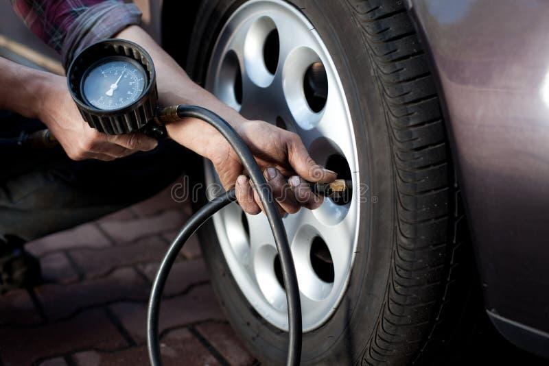 检查压轮胎 图库摄影