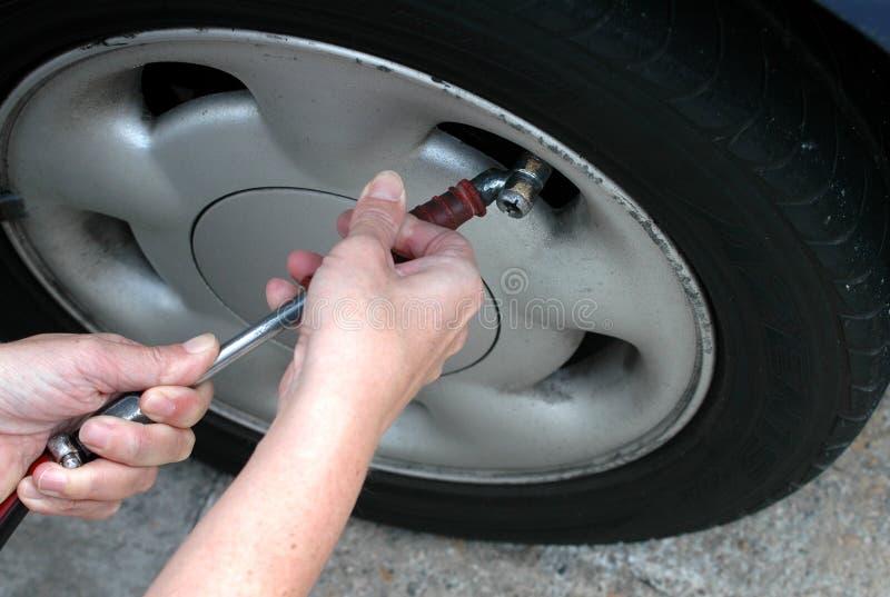 检查压轮胎 免版税库存图片