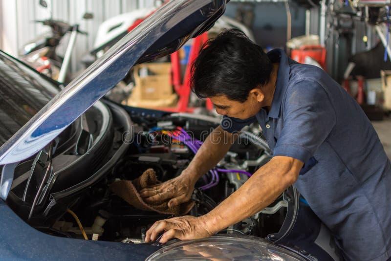 检查发动机在汽车车库的修理 免版税库存照片