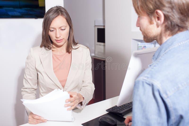 检查合同的推销员 免版税库存照片