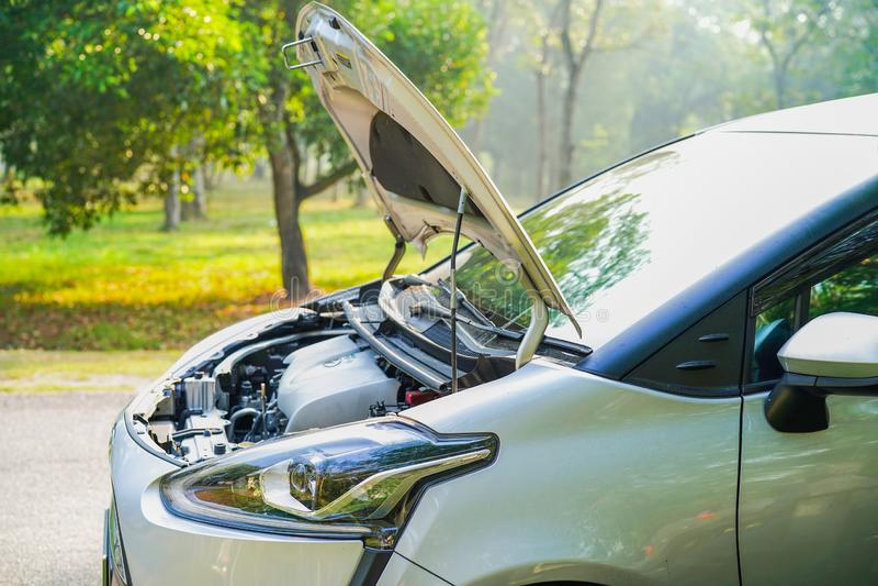 检查和修理损伤汽车的开放敞篷技工发动机系统 库存照片