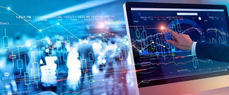 检查和分析市场数据股票市场的商人感人的股票市场图 免版税库存照片