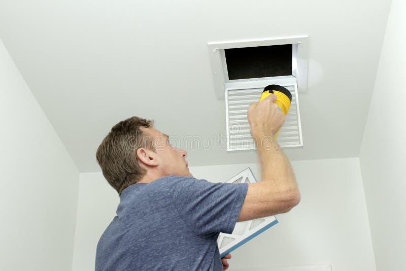 检查在家庭HVAC系统的空气管道 免版税库存照片