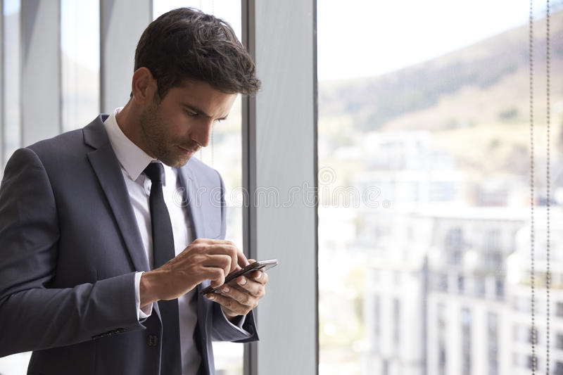 检查在手机的商人消息 免版税库存图片