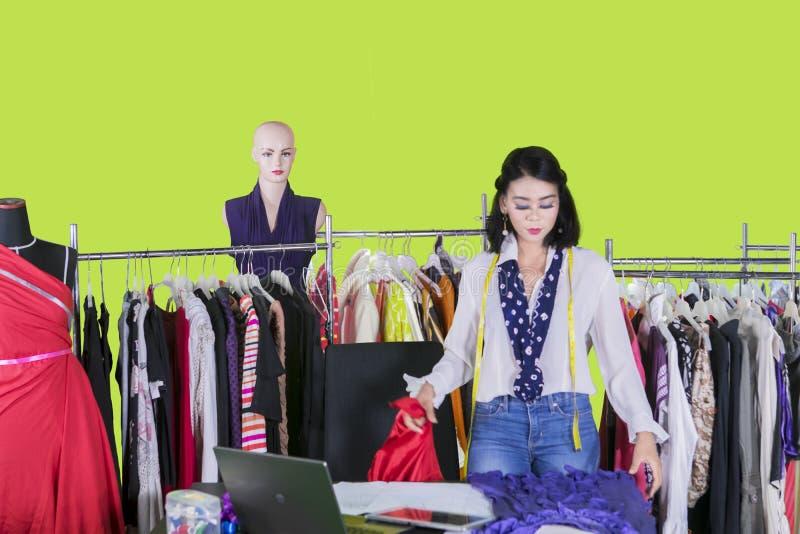 检查在演播室的俏丽的时尚编辑一种织品 库存照片