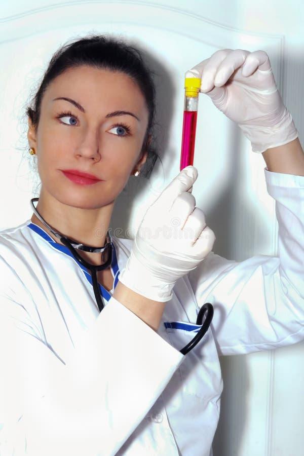 检查在试管的女性医生反应 免版税库存照片
