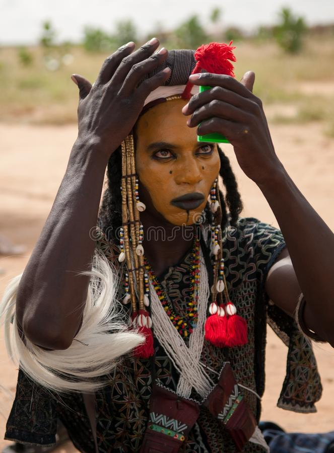 检查在镜子的Wodaabe人构成, Gerewol,尼日尔 免版税库存图片