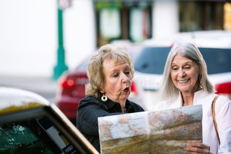 检查地图的两名妇女 免版税库存图片