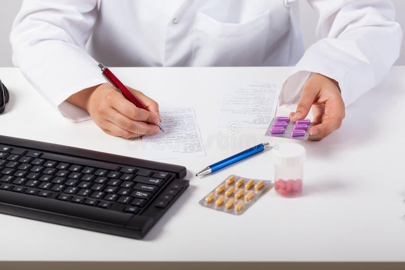 检查处方的药剂师 免版税图库摄影