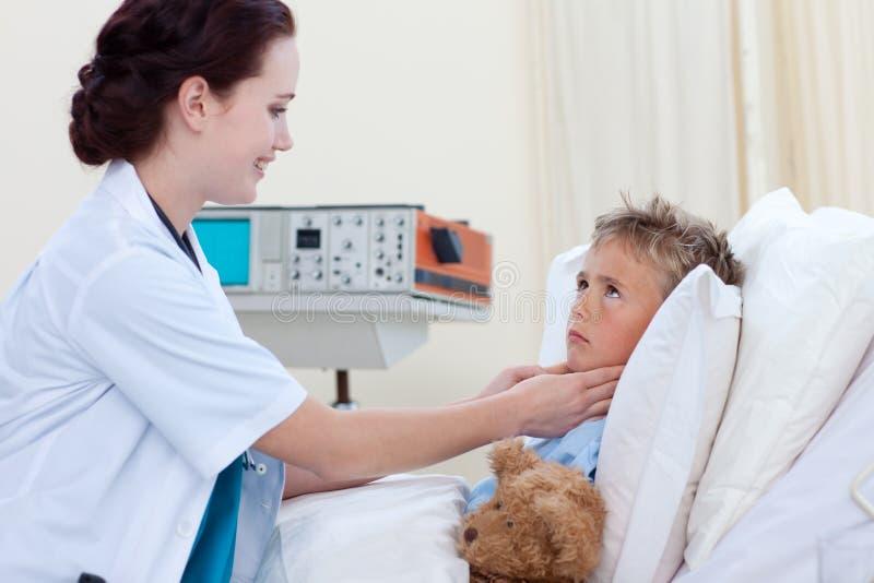 检查女性喉头的儿童医生 免版税库存照片