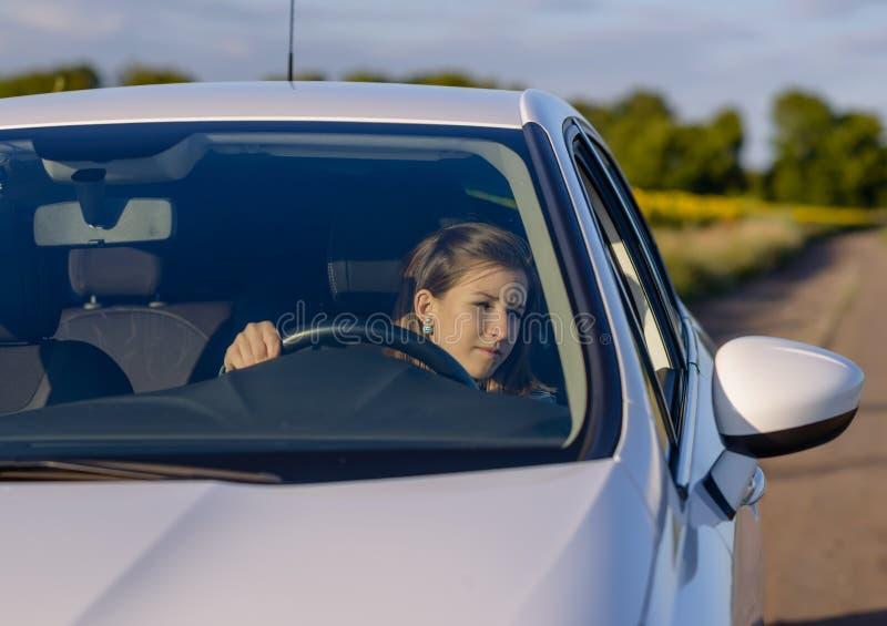 检查她的副镜子的女性驱动器 免版税库存图片