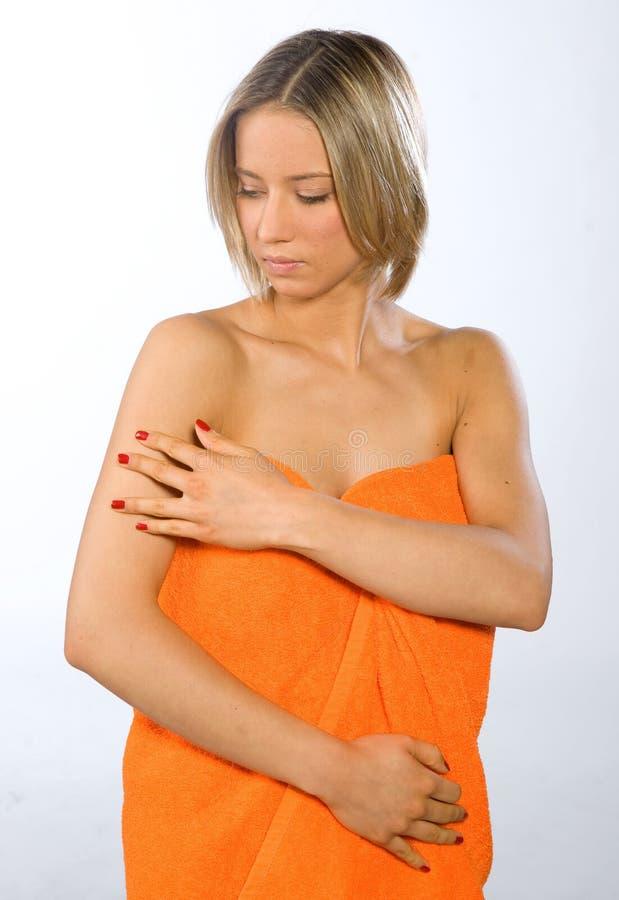 检查她的皮肤妇女年轻人 免版税库存图片