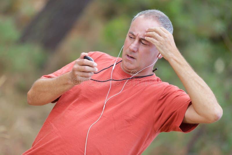 检查心率脉冲的赛跑者在锻炼期间 免版税库存照片