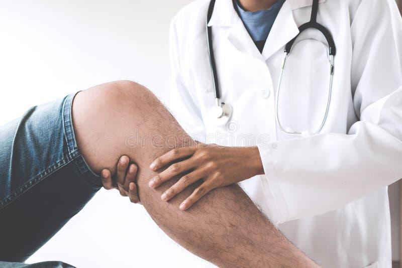 检查患者的医生与膝盖确定不适的原因 免版税库存照片