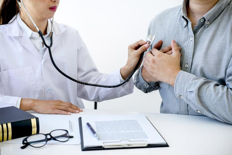 检查患者的心跳女性医生和推荐款待 免版税库存图片