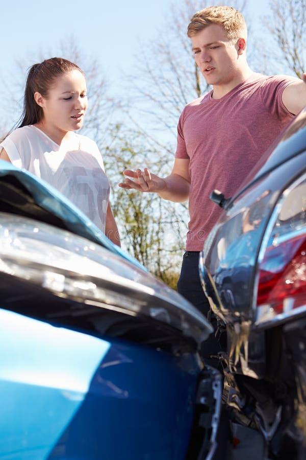 检查损伤的两个司机在交通事故以后 免版税库存图片