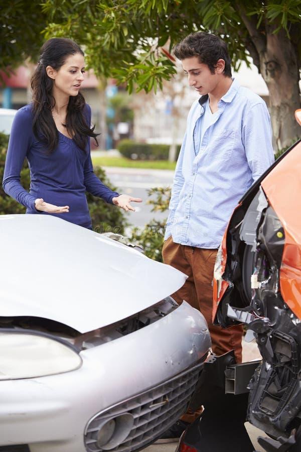 检查损伤的两个司机在交通事故以后 库存图片