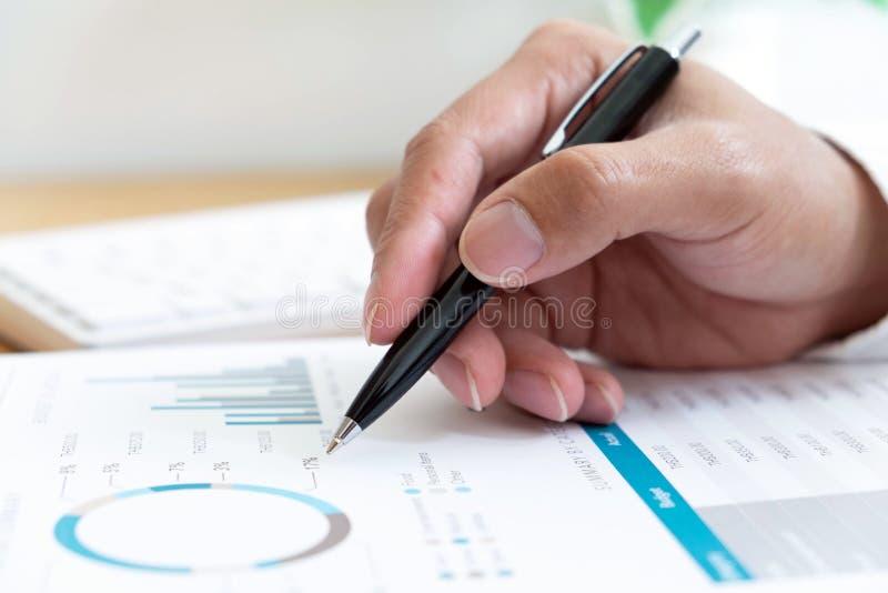 检查文件的特写镜头商人财政坐的工作使用技术 免版税库存图片