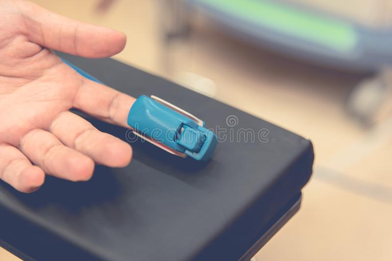 检查沉重和产品的心脏病手指脉搏率米能监测 医疗和医疗保健概念 r 免版税库存照片