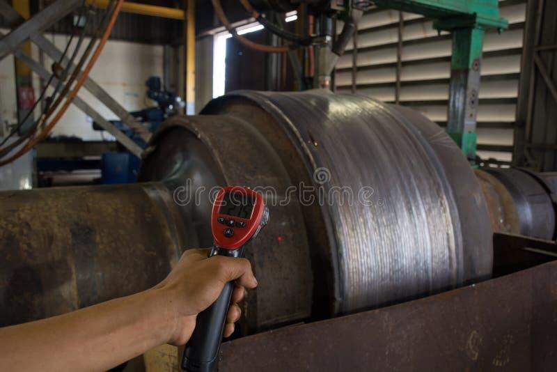 检查温度在焊接期间的热钢 免版税库存照片
