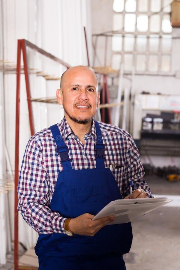 检查生产的工头在工厂 免版税库存照片