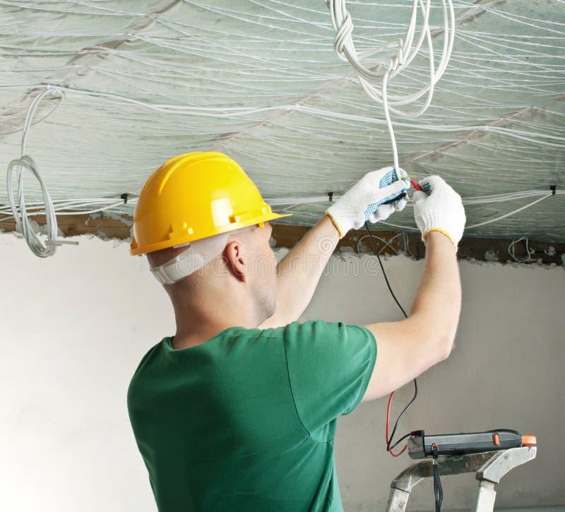 检查电压的电工 图库摄影