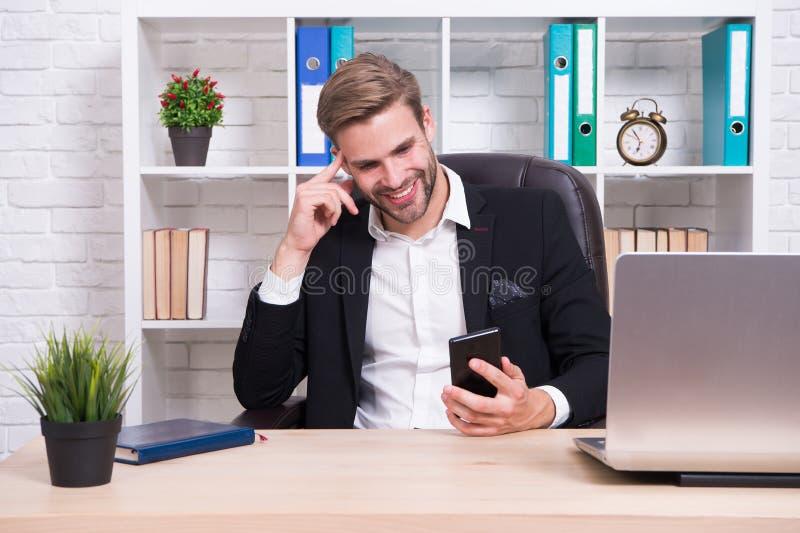 检查电子邮件 人英俊的上司坐有膝上型计算机的办公室 Ceo上司主任工作位置 解决业务问题的经理 免版税图库摄影