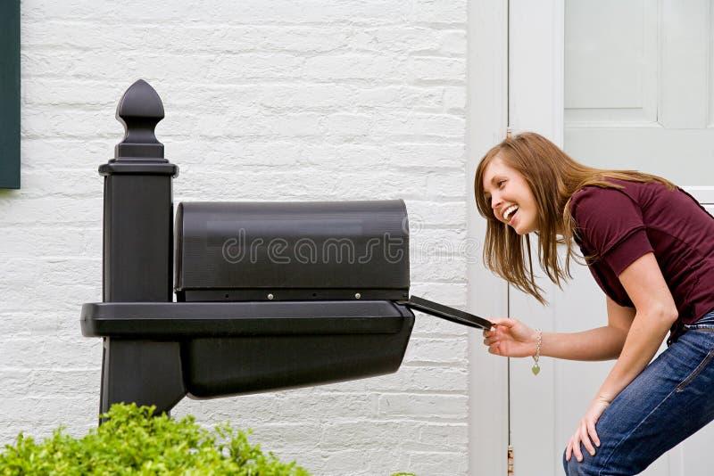 检查的女孩邮件 免版税库存图片