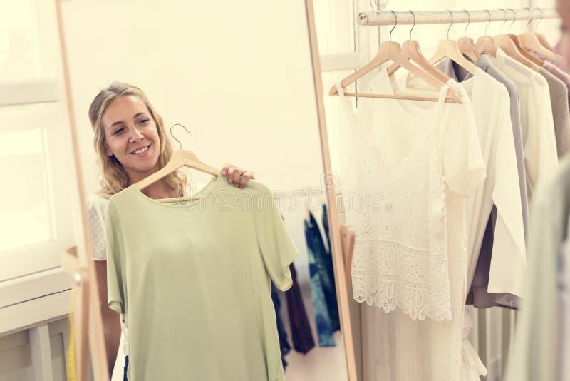 检查的妇女在商店穿衣 库存图片