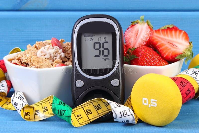 检查的糖水平、健康食物、哑铃和厘米,糖尿病,健康和运动的生活方式Glucometer 免版税图库摄影