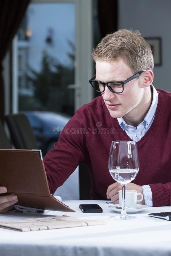 检查票据的商人 免版税库存照片