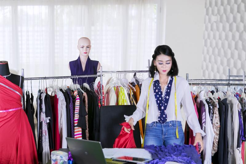 检查织品的美丽的时尚编辑 图库摄影