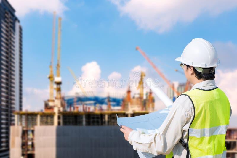 检查结构图的建筑工程师 免版税图库摄影