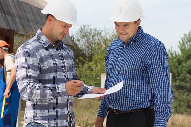 检查规格的两位建筑师 免版税图库摄影