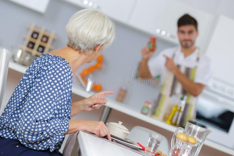 检查调味品的人妇女的膳食 免版税图库摄影