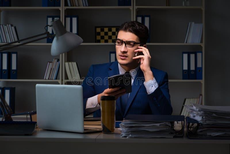 检查财政决算的准确性审计员与计算器 图库摄影