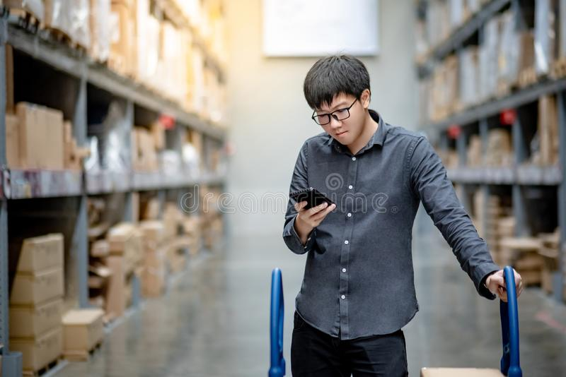 检查购物清单的亚裔顾客在仓库里 库存图片