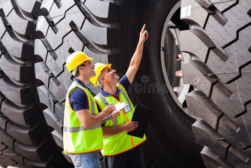 检查轮胎的工作者 库存图片