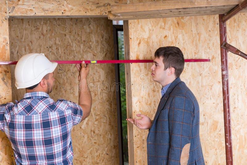 检查门框的建造者和建筑师 免版税库存图片