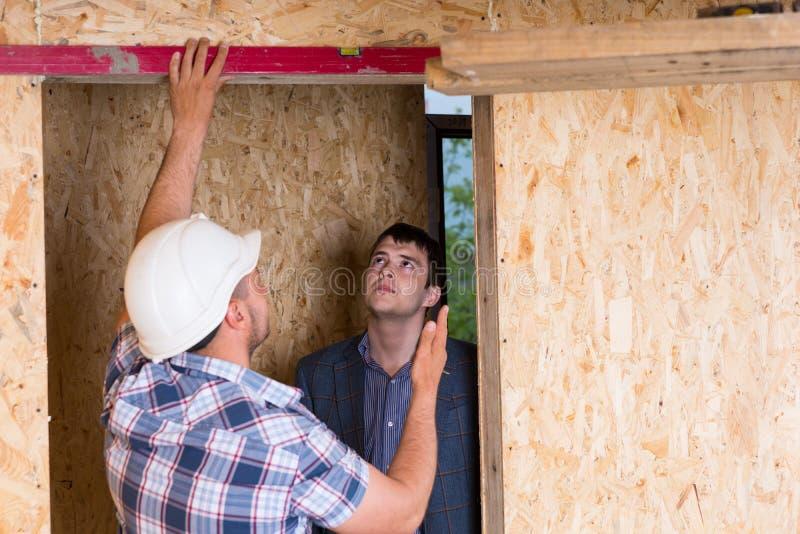 检查门框的建造者和建筑师 库存照片