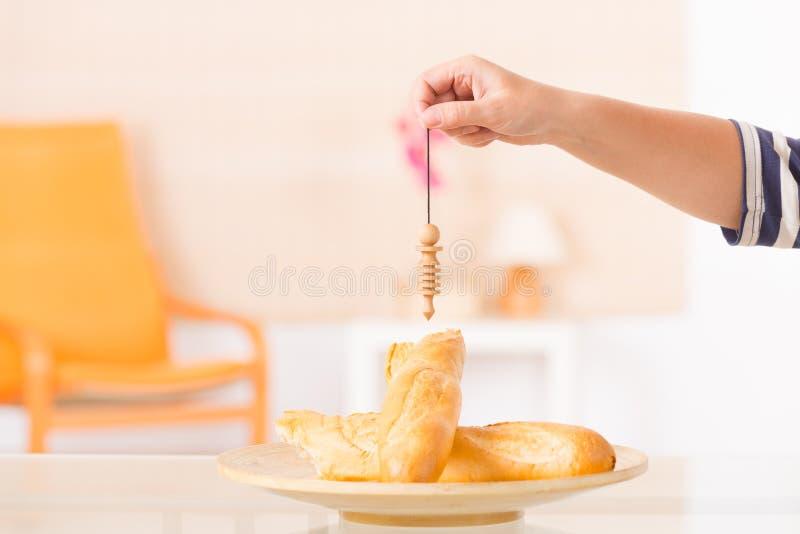 检查食物与摆锤 图库摄影