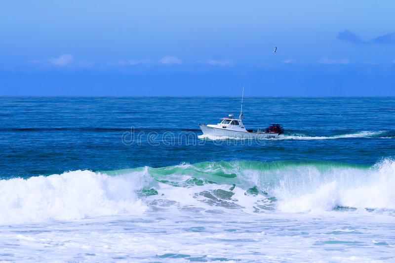 检查鱼捕鱼龙虾陷井拖网的小船 免版税图库摄影