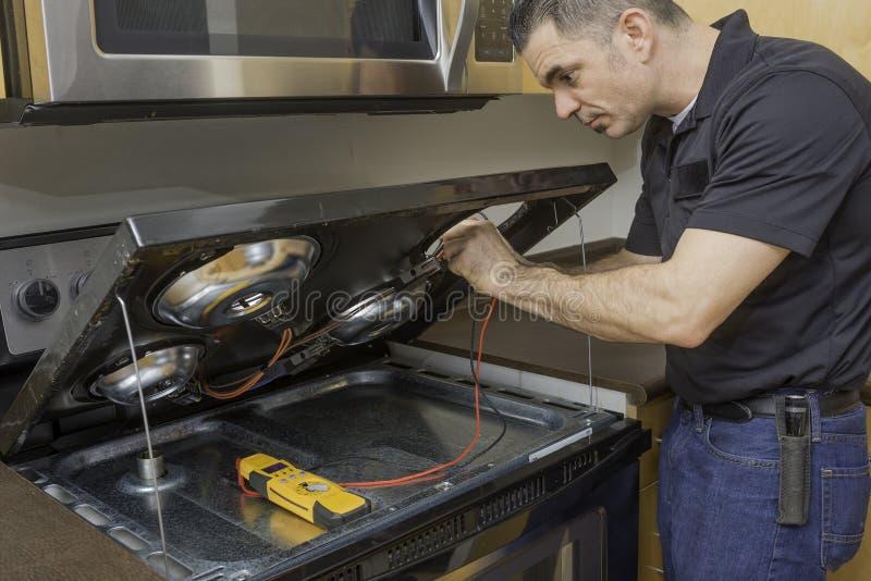 检查stovetop范围的装置技术员 免版税库存照片