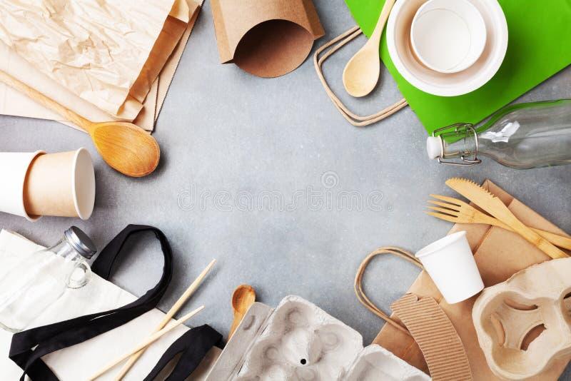 棉花袋子、玻璃瓶子和被回收的碗筷顶视图 零的废物,友好的eco,塑料自由概念 免版税库存图片
