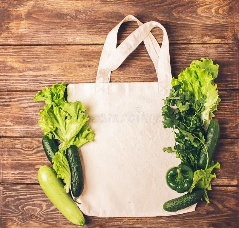 棉花袋子和新鲜的土气菜木背景 Eco?? r r 文本设计的模板 免版税库存图片