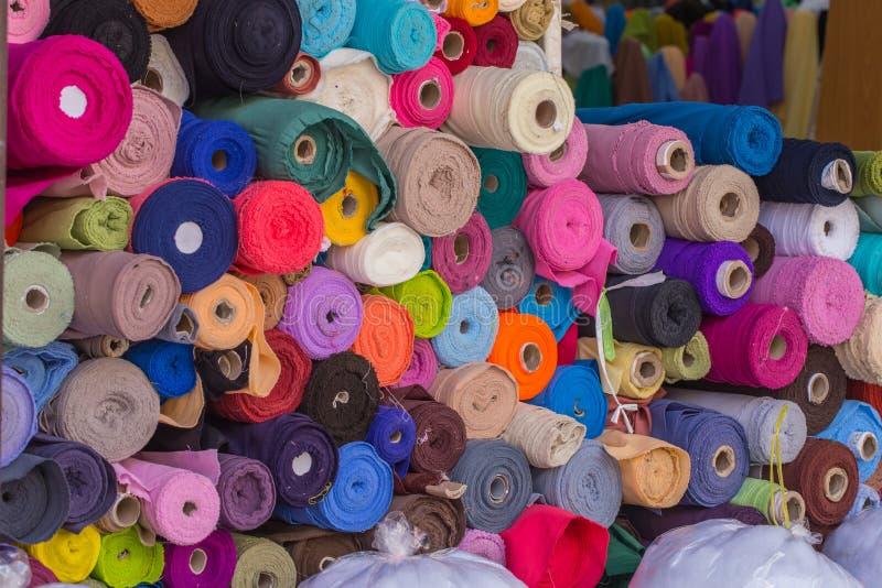 棉织物销售五颜六色的卷在市场上 图库摄影
