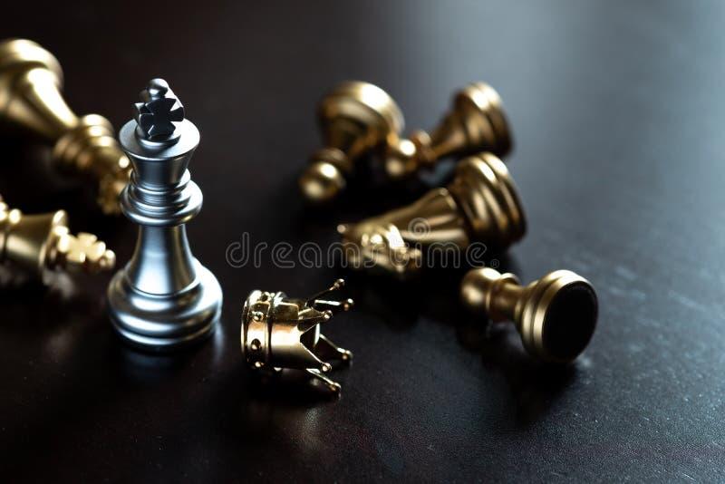 棋国王站立在敌人 优胜者在企业竞争中 竞争性和战略 免版税库存照片